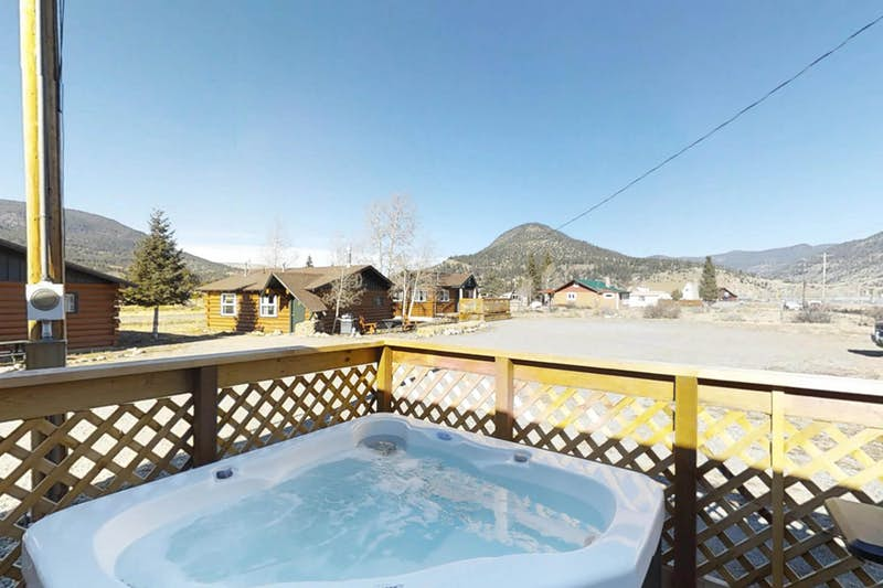 Moose-Cabin-710524.jpg