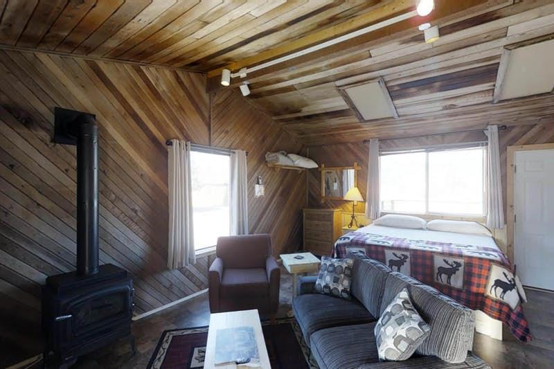 Moose-Cabin-710527.jpg